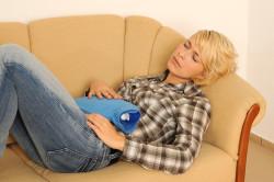 Чувства боли в брюшной области - один из симптомов рака прямой кишки